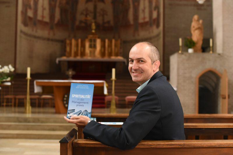 Bolsinger mit Buch Spiritualität