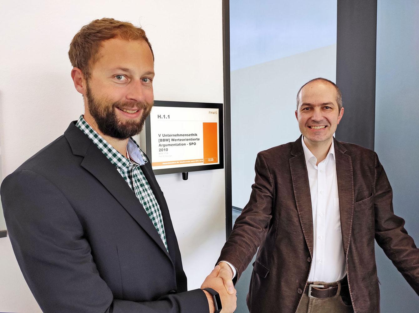 Herausgeber Dr. Genders (IHK) und Mitautor Prof. Dr. Bolsinger (FHWS) – Foto: Weinhold